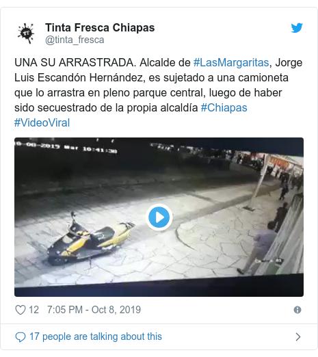 Twitter post by @Tabalminutomx: #Enterate Circula en redes video en el que pobladores del ejido Santa Rita en el municipio de #LasMargaritas, #Chiapas, suben en una camioneta al alcalde Jorge Luis Escandón Hernández. Los motivos es porque no ha cumplido lo prometido en campaña.