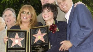 Holding replica plaques, Penny Marshall (2nd L), and Cindy William pose with (L-R) Henry Winkler, Ed Begley Jr and Garry Marshall at the two-star unveiling ceremony on the Hollywood Walk of Fame on 12 August 2004