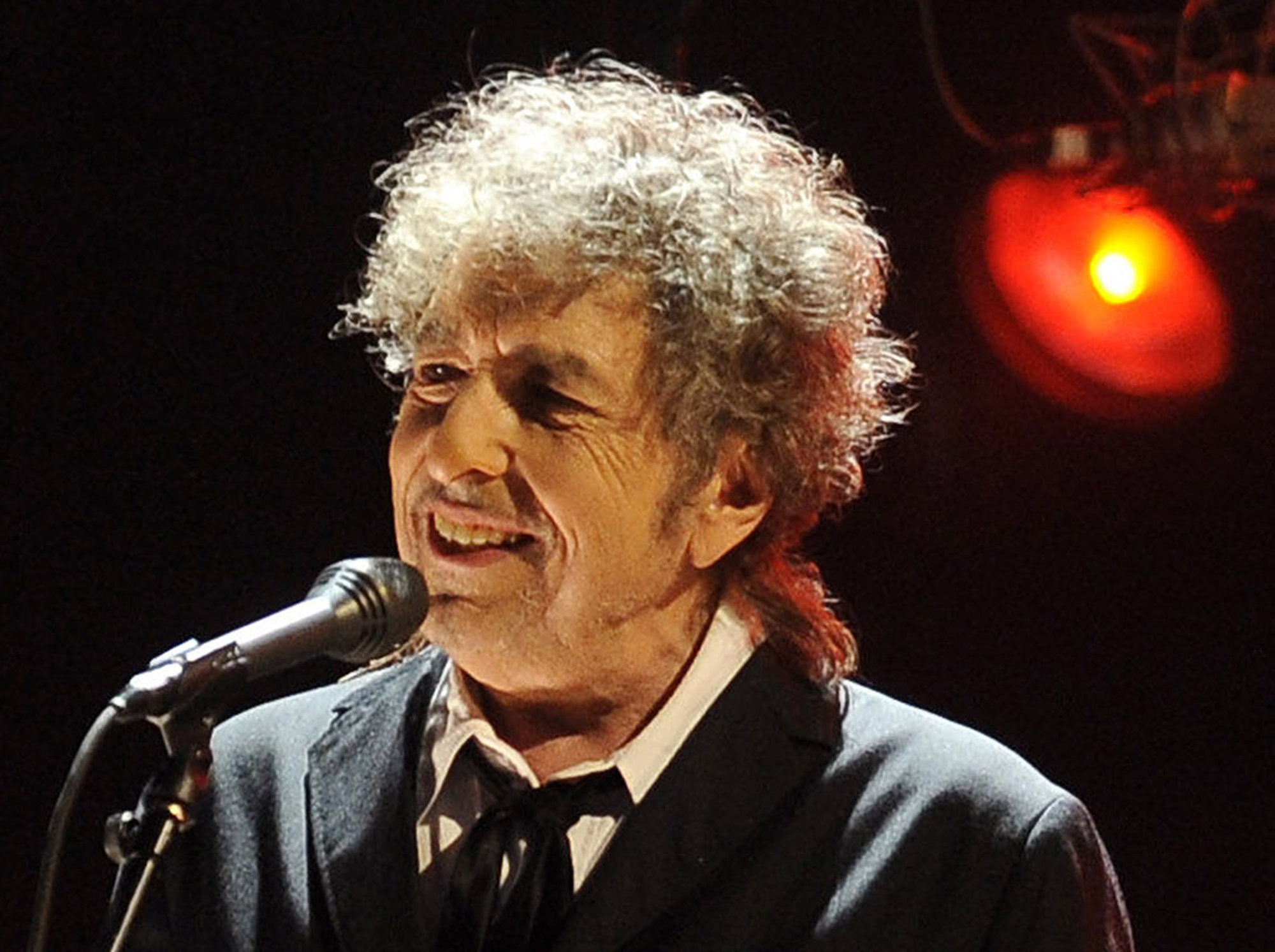 bob-dylan-finally-accepts-the-nobel-prize-after-more-than-15-days-of-announcement