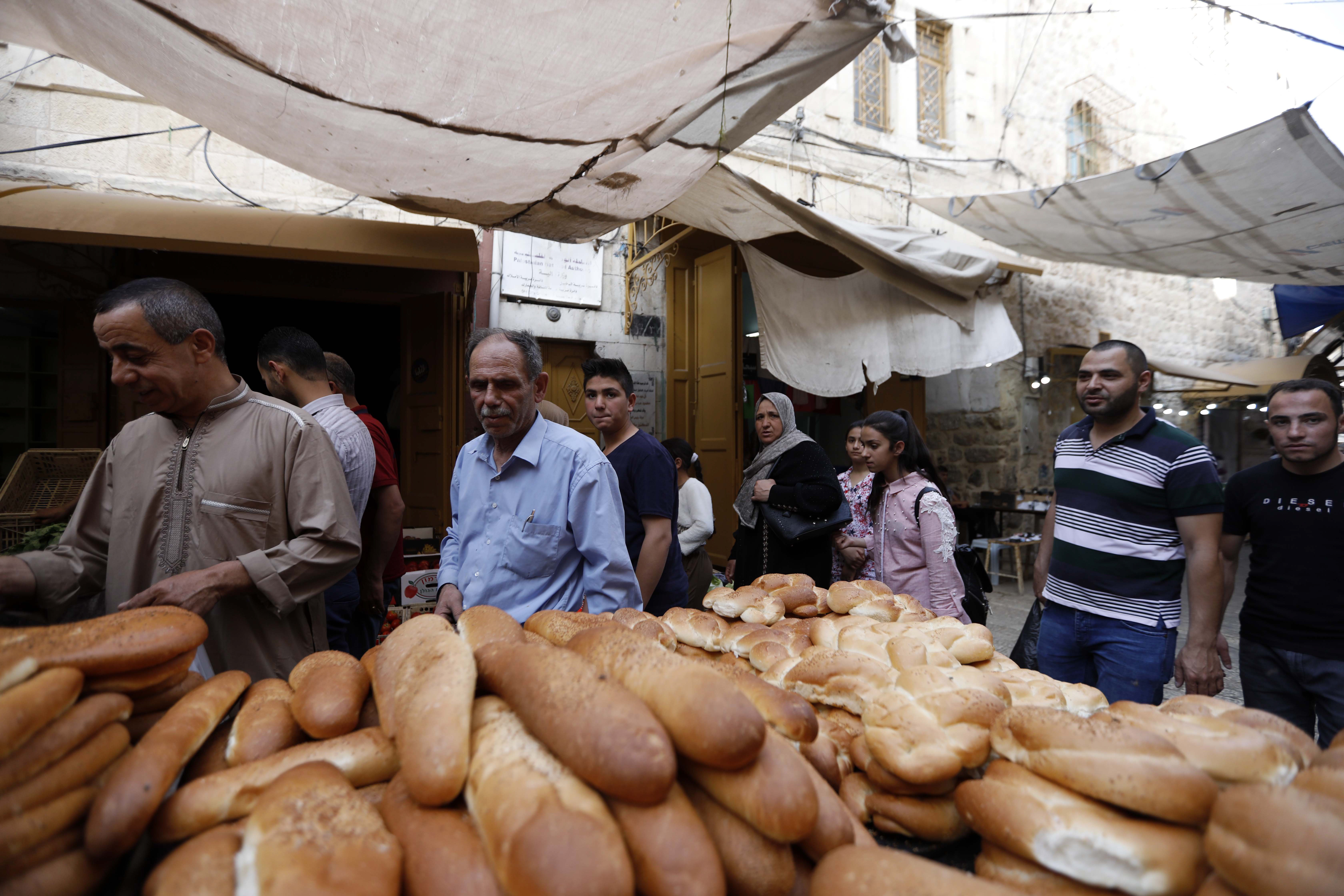 Stall selling bread at a market in the West Bank city of Hebron (22 May 2019)