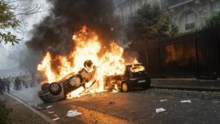 Fires burn as protesters clash with riot police during a 'Yellow Vest' demonstration near the Arc de Triomphe on December 1, 2018 in Paris, France.