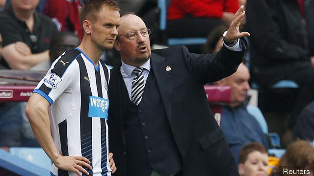 Newcastle manager Rafael Benitez with Siem De Jong