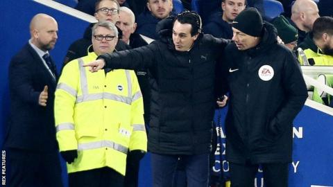 Arsenal boss Unai Emery speaks to the fourth official